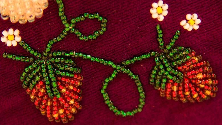 Betty Willems, Glengarry cap (detail). Beads, velvet.